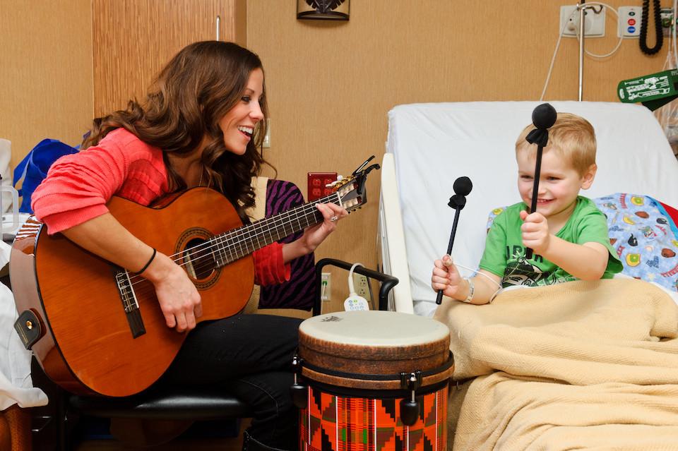 micro concierto de guitarra en hospitales